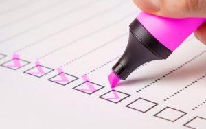 Checklista med rosa penna