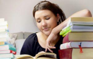 En ung kvinna läser bland kurslitteratur