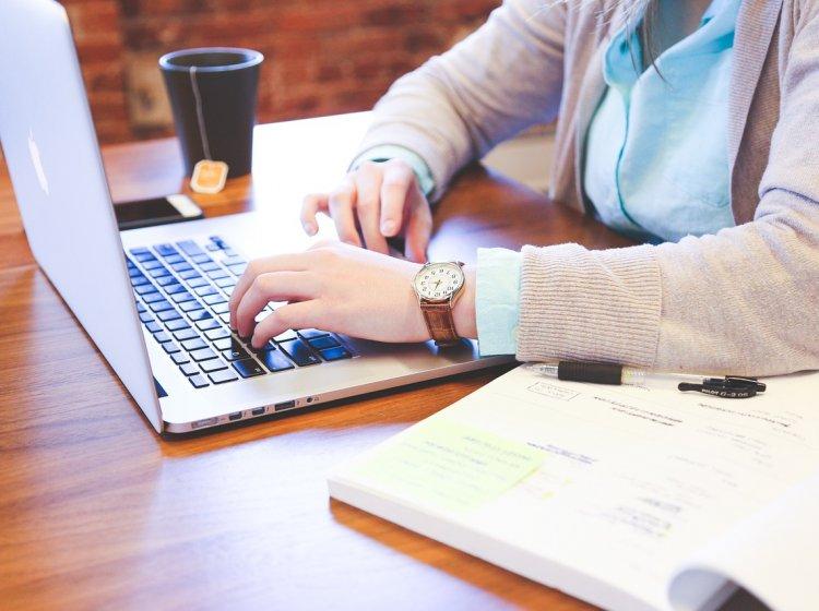En person studerar vid en laptop